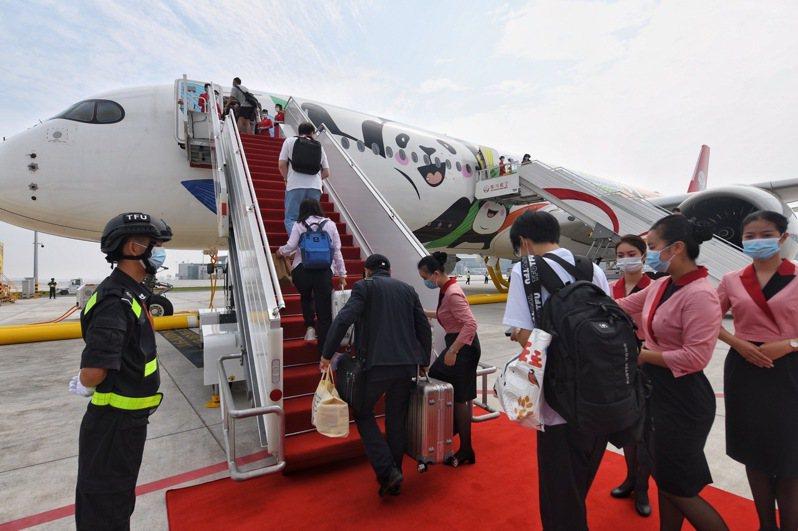 搭乘四川航空公司3U8001航班的旅客陸續登機,這是成都天府機場27日投入使用後的首個航班。(新華社)