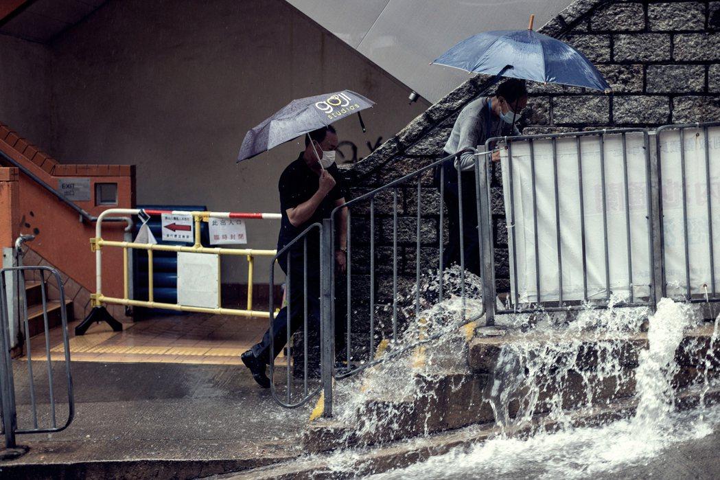黑雨中的香港。 圖/歐新社