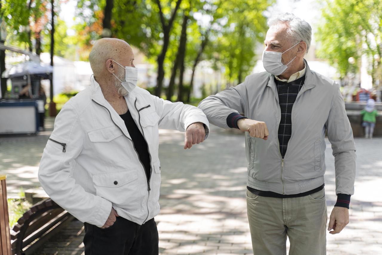 僅管第一時刻,緊繃的疫情讓全台灣不得鬆懈,抗疫最前線卻也看見「橘世代」身影。 圖...
