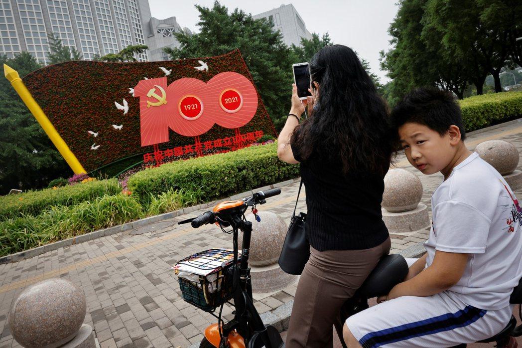 有評論紛紛指出,中國青年迅速流行「躺平主義」,其實是對中共的抗議,在中共慶祝「七一」建黨百年前夕,嘲諷中共極權下畸形的「大國崛起」。 圖/路透社