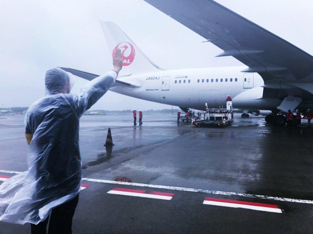 日本於6月4日向台灣贈送124萬劑的AZ疫苗,由JAL班機空運來台。當時駐日大使...