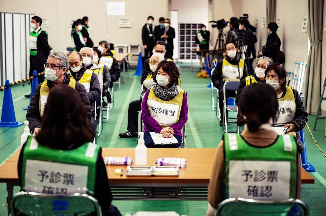 日本準備接種疫苗的民眾。 圖/法新社