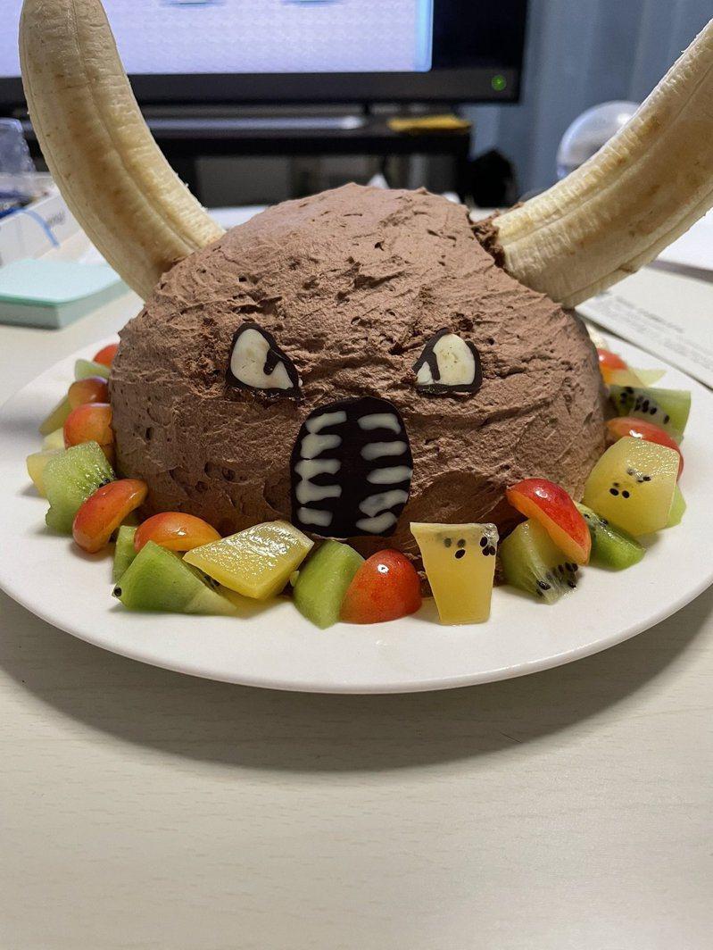 日本一位網友在生日時,老婆做了一個寶可夢「凱羅斯」造型的蛋糕給他,讓他相當驚喜。圖擷取自twitter