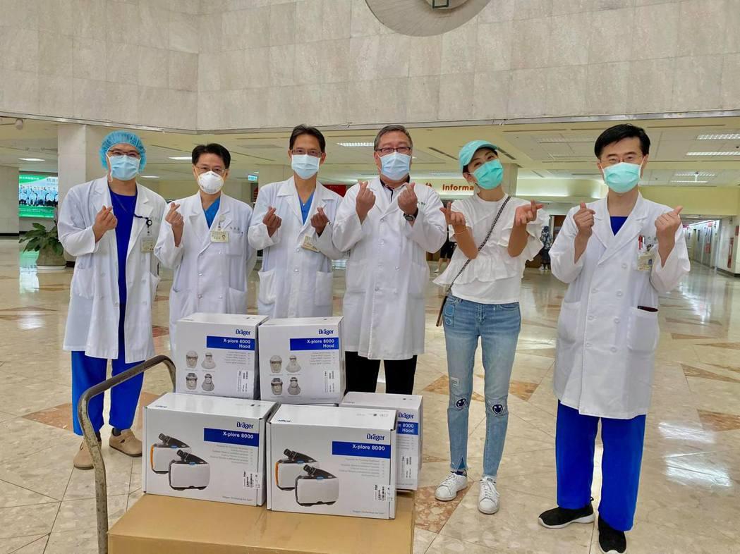 賈永婕持續募捐醫療器材送往各醫院。圖/擷自臉書