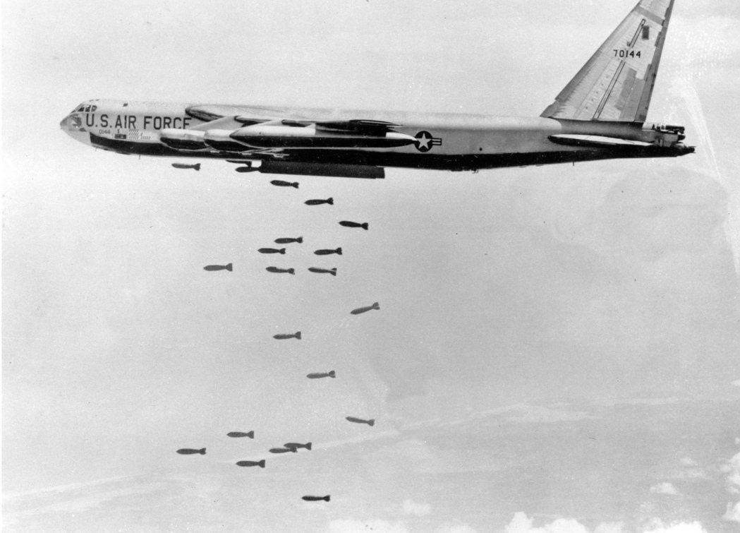 1966年美軍在南越上方投下炸彈。 圖/美聯社