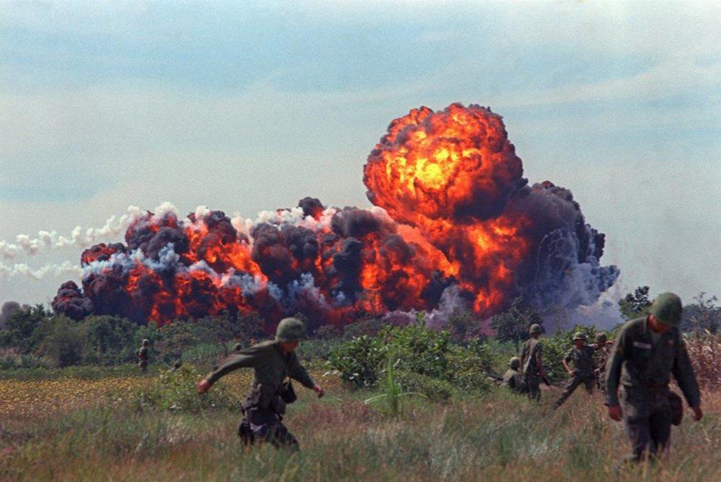 1966年的南越燒夷彈。 圖/維基共享
