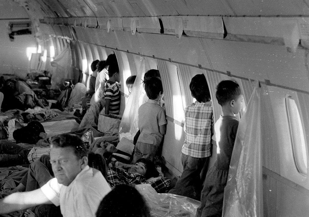 1975年西貢陷落的難民船上載滿了兒童。 圖/美聯社