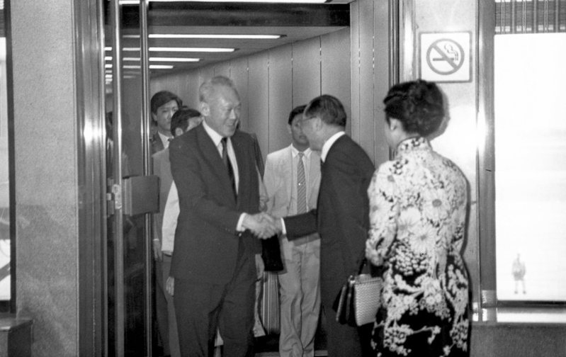 新加坡總理李光耀下午搭機來華訪問3天,行政院長俞國華夫婦等人士在中正國際機場歡迎。圖/聯合報系資料照片