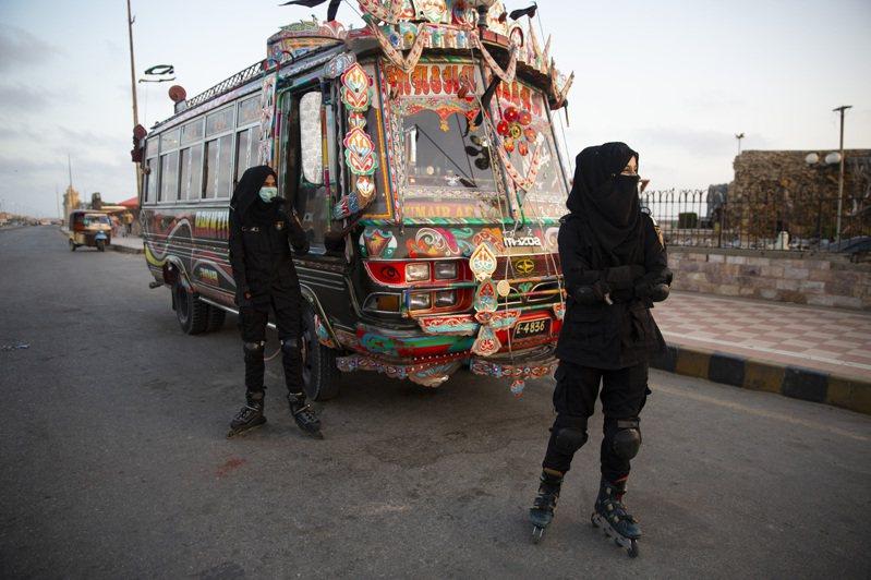 巴基斯坦直排輪女警在喀拉蚩的濱海觀光景點執勤。圖/取自紐約時報