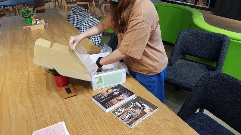 弘文高中鼓勵師生閱讀,寄送書籍到家,運費由學校負擔。圖/弘文中學提供