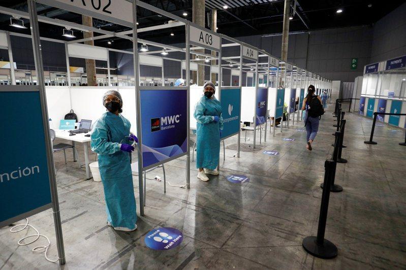 衛生人員等候為世界行動通訊大會(WMC)的與會者進行新冠肺炎篩檢。路透