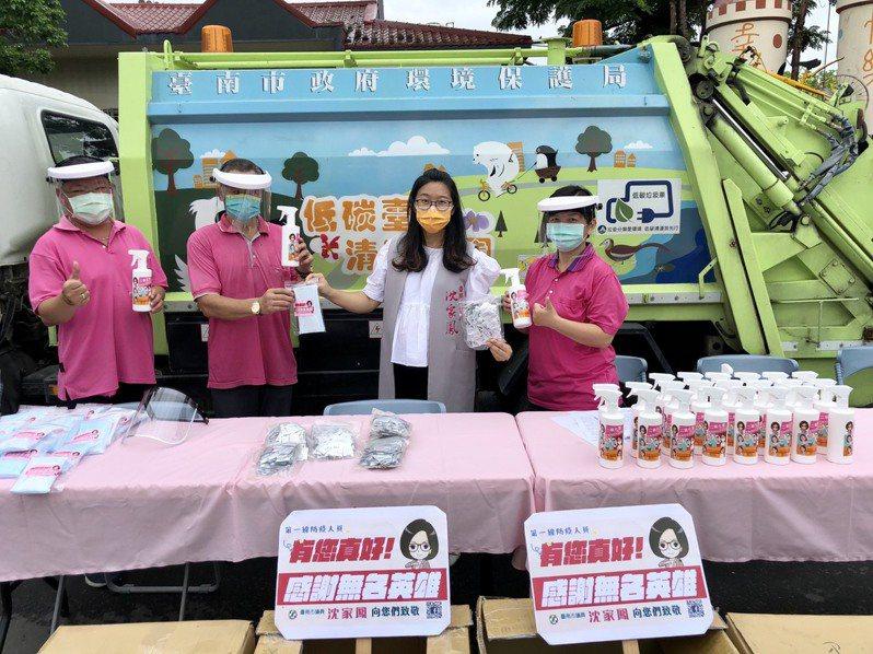 台南市議員沈家鳳(右二)上午捐贈防疫物質給選區清潔隊員,感謝這群無名英雄投入防疫工作。圖/沈家鳳服務處提供