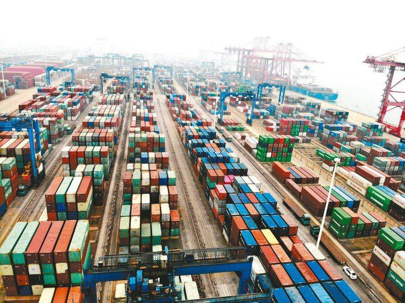 圖為江蘇連雲港的貨櫃堆滿碼頭準備出口。 新華社