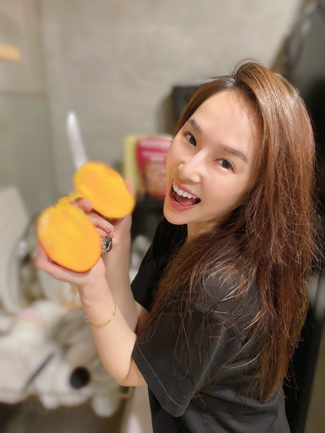 張齡予先帶頭吃芒果。圖/摘自臉書