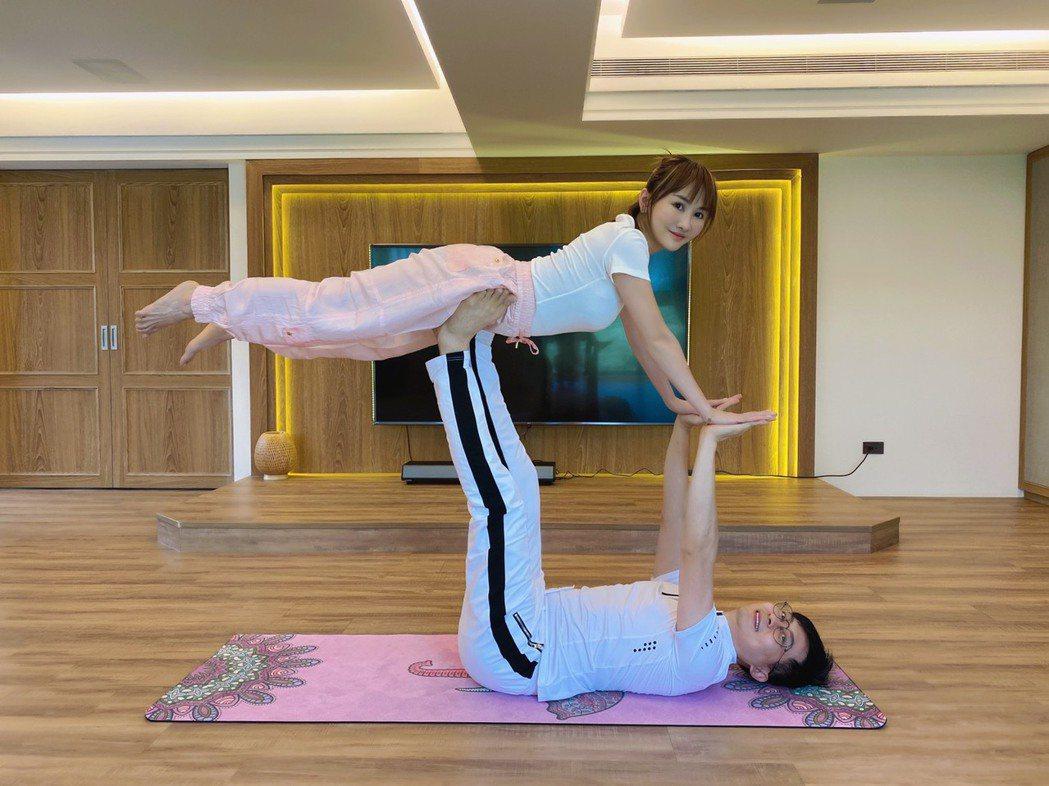 王宥忻(上)和老公一起運動,增進情趣。圖/固力狗娛樂提供