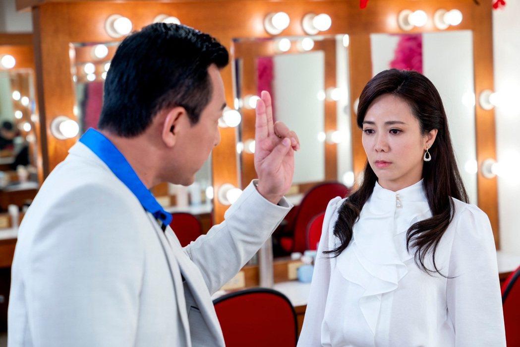 陳仙梅在「黃金歲月」中演出玉女歌手孟娜,面對排班主任麥可(胡鴻達飾演)的刁難。圖
