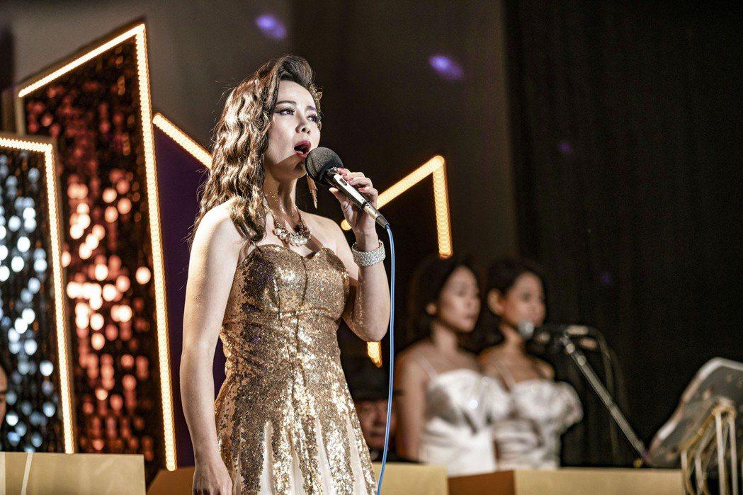 陳仙梅在「黃金歲月」中演出玉女歌手孟娜,好歌喉讓觀眾驚艷。圖/民視提供