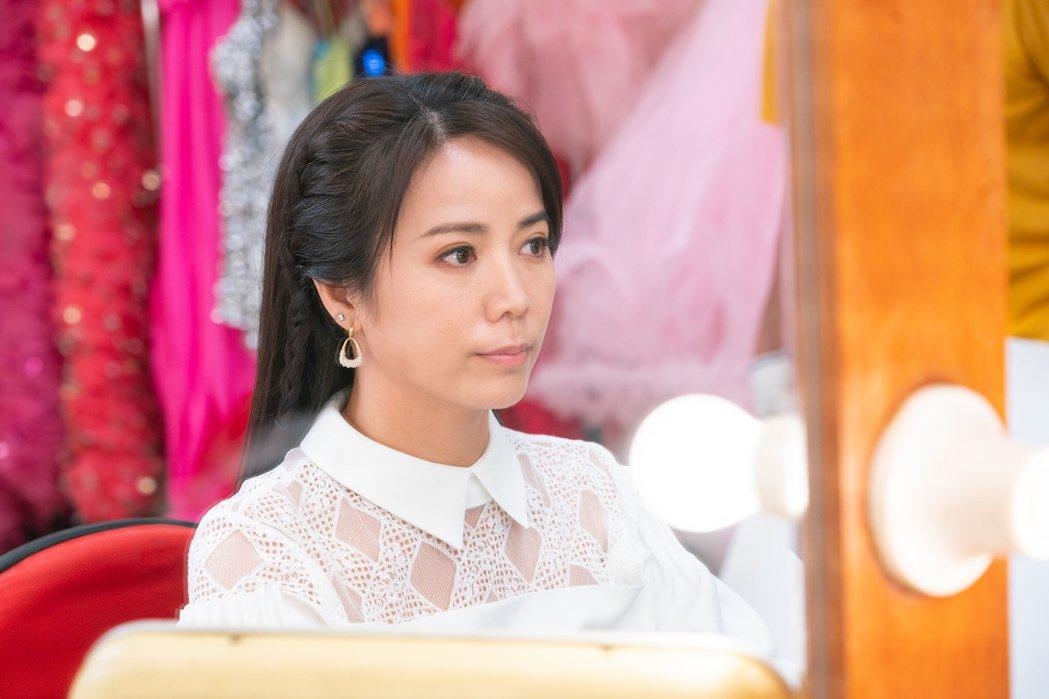 陳仙梅在「黃金歲月」中演出玉女歌手孟娜,首次到秀場西餐廳獻唱。圖/民視提供
