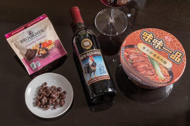 卡本內.蘇維濃紅酒搭配不辣的牛肉泡麵、包裹著黑巧克力的果乾零食,都很精彩。記者沈...