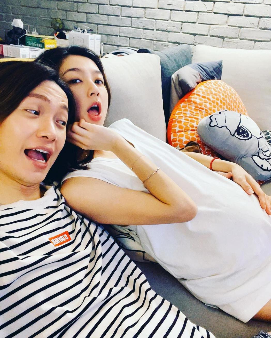 黃少谷(左)和老婆林采薇替第一胎男寶寶取小名為「黃阿夢」。圖/摘自臉書
