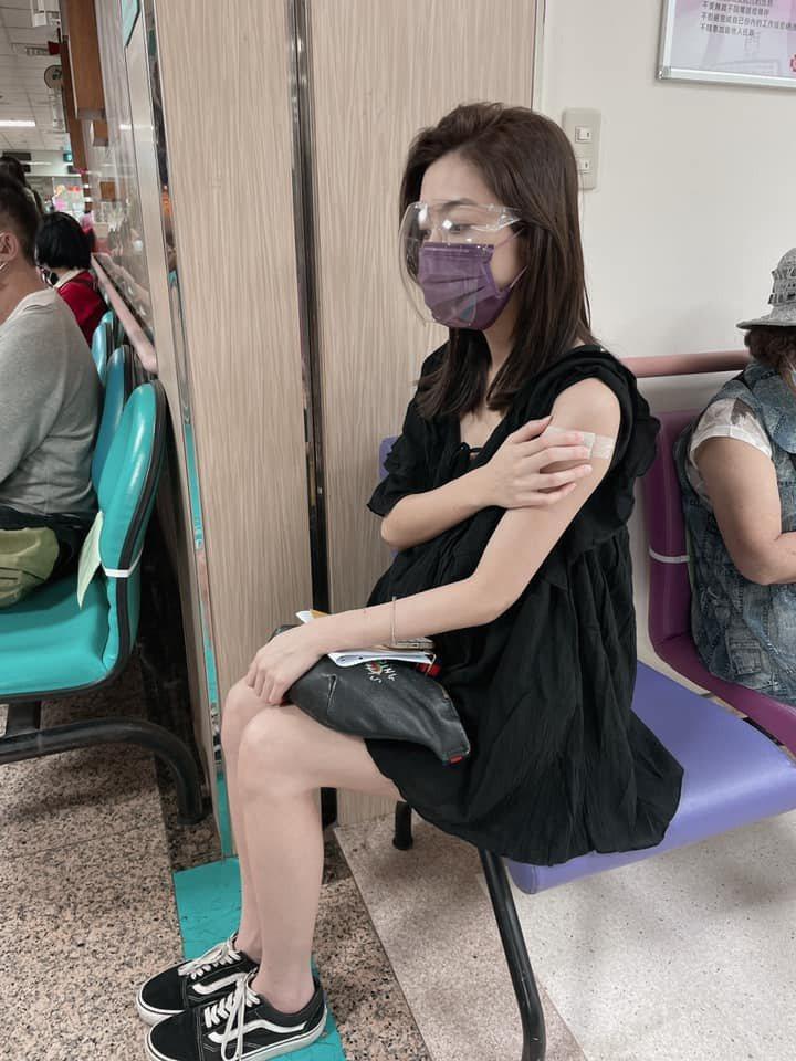 林采薇注射莫德納疫苗。圖/摘自臉書