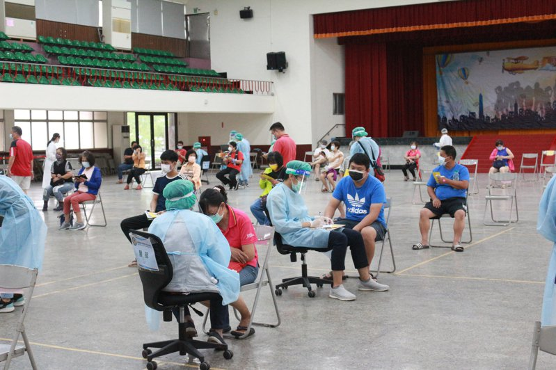 高雄岡山農工接種站,今天上午開始施打,截至11時,市場人員與長照員接種人數高達540人,接種熱度不受豪雨影響。陳弘逸/攝影