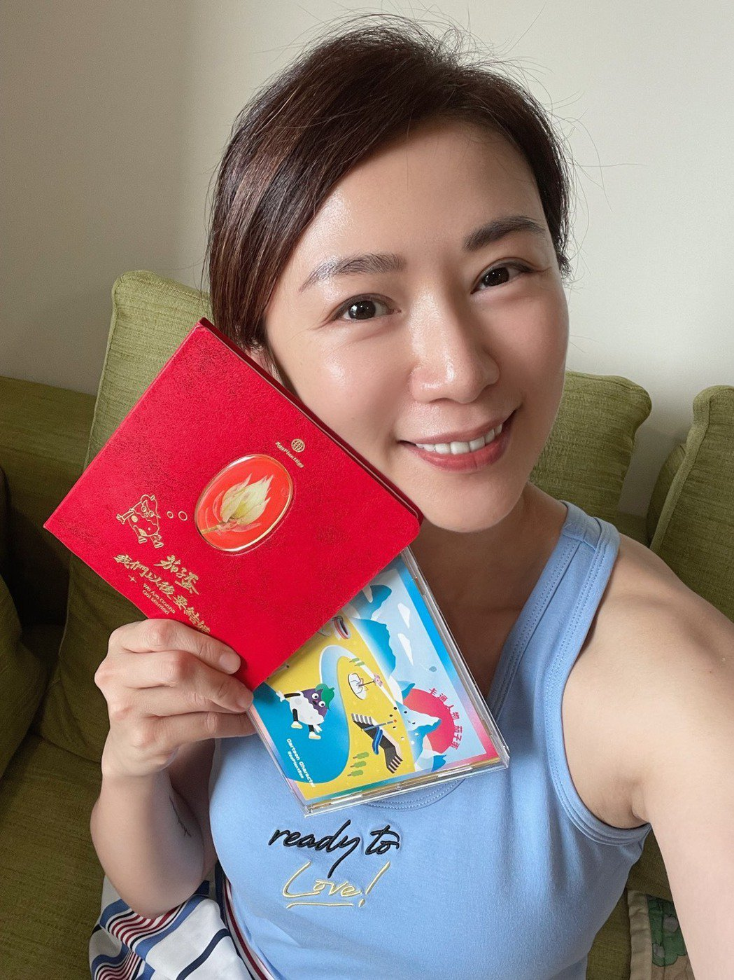 連靜雯開心拿到茄子蛋的親筆簽名專輯,也喊話希望參與拍攝MV。圖/楠軒工作室提供