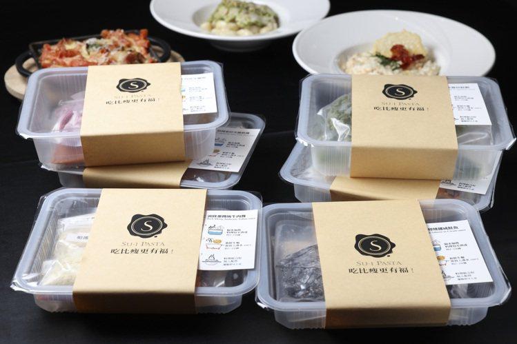 適當利用調理包予以變化,隔夜飯也能迅速變佳餚。記者王聰賢/攝影。