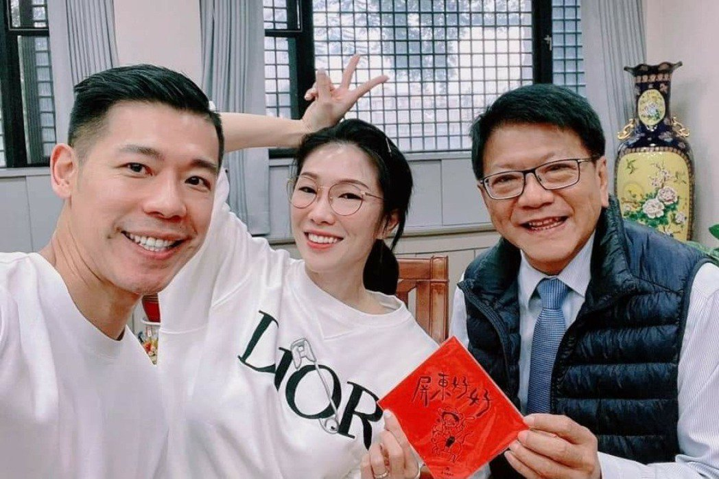 KIMIKO曾偕夫婿拜訪屏東縣長潘孟安。圖/摘自臉書