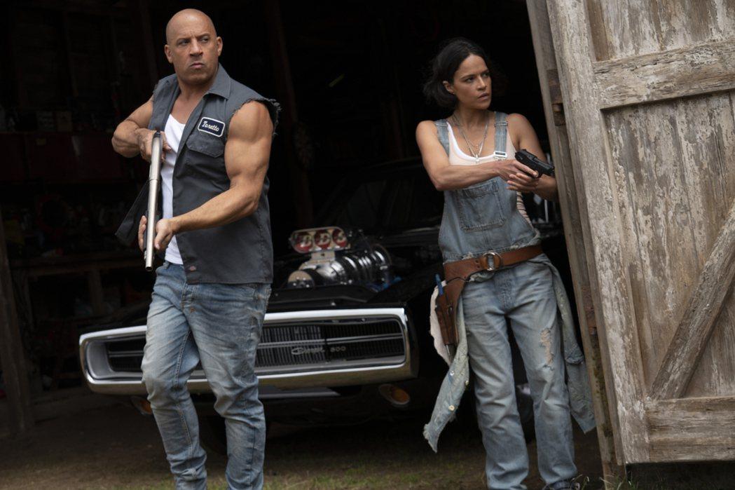 馮迪索(左)主演新片「玩命關頭9」在美國票房飆破19億台幣。圖/UIP提供
