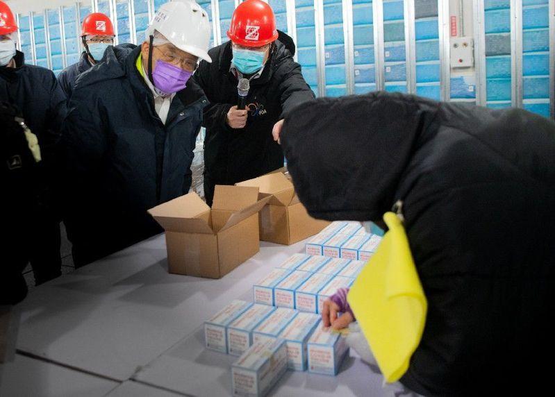 行政院長蘇貞昌今赴桃園視察冷鏈倉儲及疫苗檢驗封緘流程。圖/行政院提供