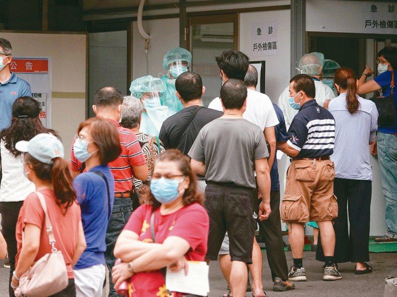 台北環南市場攤商與工作人員,昨天上午搭車前往市立聯醫陽明院區施打疫苗。市府用公車載送攤商到醫院,院方也派人喊話拉開排隊間隔,避免群聚傳染。記者邱德祥/攝影