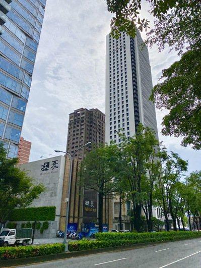 聯聚建設以每坪320萬元購入市政北七路土地,推估未來推案每坪單價將突破百萬大關。...