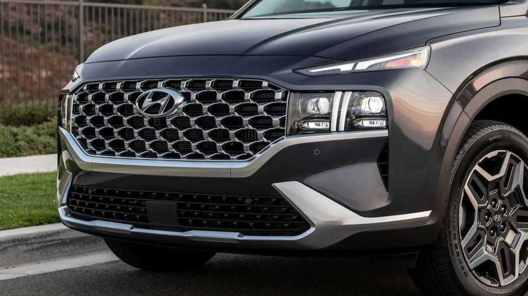 維持分離式頭燈設計,日行燈變得更為搶眼。 摘自Hyundai