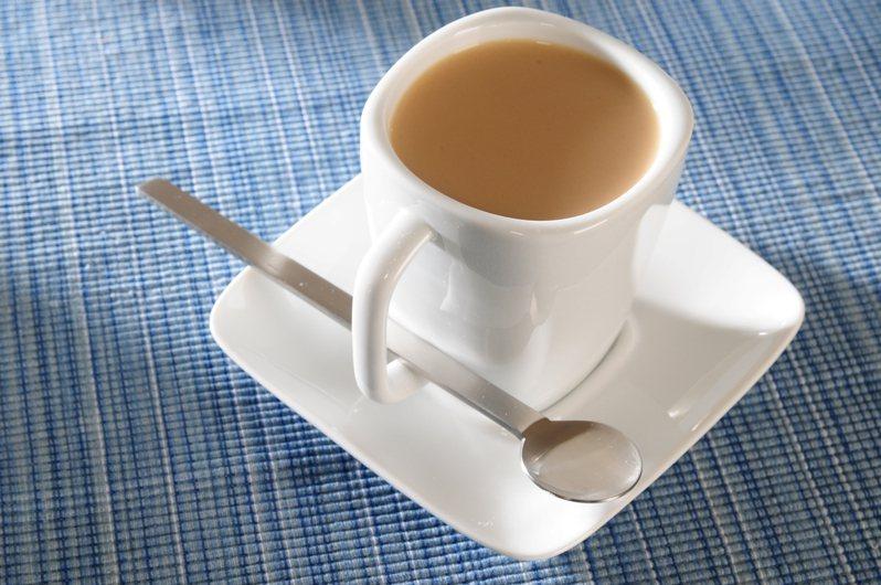 有民眾試著在家中自己DIY鮮奶茶,沒想到喝出來的味道和飲料店賣的相差甚遠。示意圖/ingimage