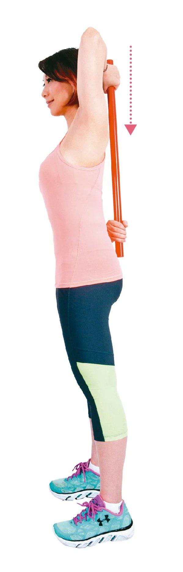 將手上舉,雙腳與肩同寬,雙手將棍子緩緩舉起向上延伸,直到自己無法再抬高的極限;維...