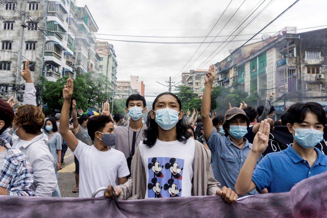6月14日,民眾在仰光參與快閃示威,抗議政變。 圖/法新社