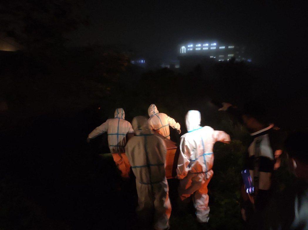 6月23日的緬甸欽邦,身穿防護衣的醫護人員從醫院抬走一個染疫身亡者的棺木離開。 ...