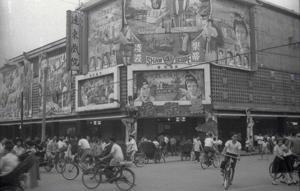 台北市在1950年代中期迎來二次大戰結束之後的第一波「戲院興建潮」。圖為1963年李翰祥導演,樂蒂、凌波主演的《梁山伯與祝英台》,在遠東戲院盛大公映。 圖/聯合報系資料圖庫