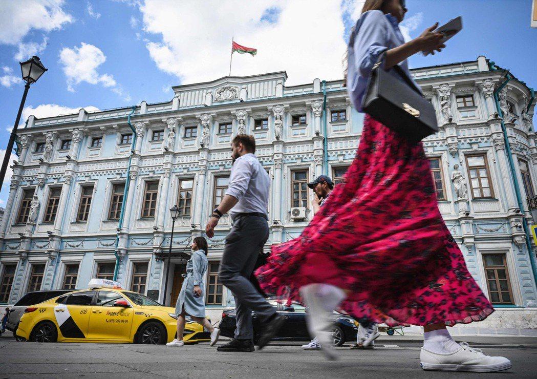 索比亞寧從勞工著手,先讓一部分人注射疫苗,藉由龐大罰金,應可獲得成效,莫斯科經驗也有望成為俄國未來大規模強制接種的樣板。攝於莫斯科街頭。 圖/法新社