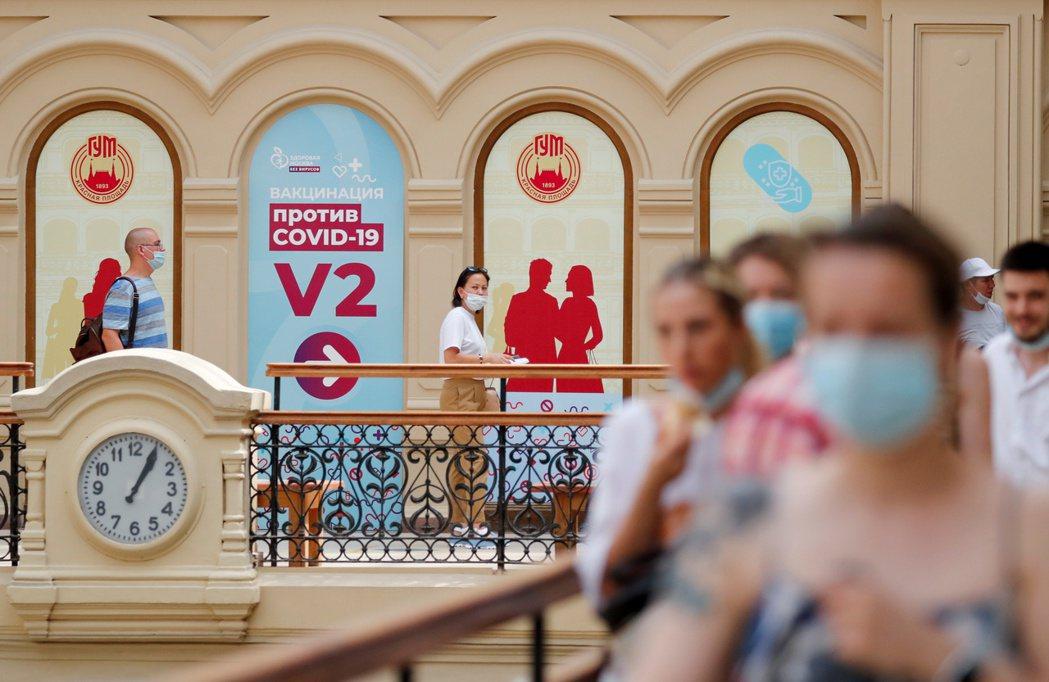 先前為了增加人民接種興趣,莫斯科一度向60歲以上的長者提供約13美元的優惠券,但因為使用不便,接受的商店不多,這樣的「胡蘿蔔政策」並未明顯奏效。示意圖。 圖/路透社