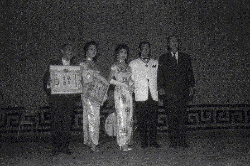 1959年7月29日,林黛(中)趙雷(右二)於國光戲院介壽堂隨片登台,宣傳新片《江山美人》。 圖/聯合報系資料照