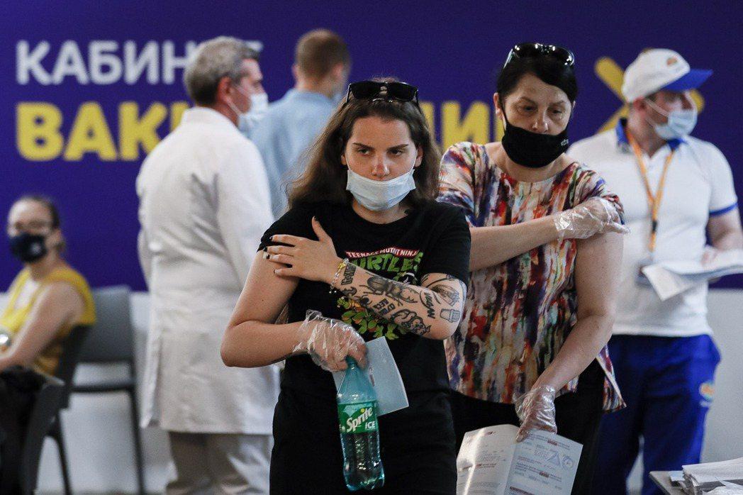 六月中,俄羅斯首都莫斯科市長索比亞寧宣佈了一項新政策:強制性疫苗接種。 圖/歐新社