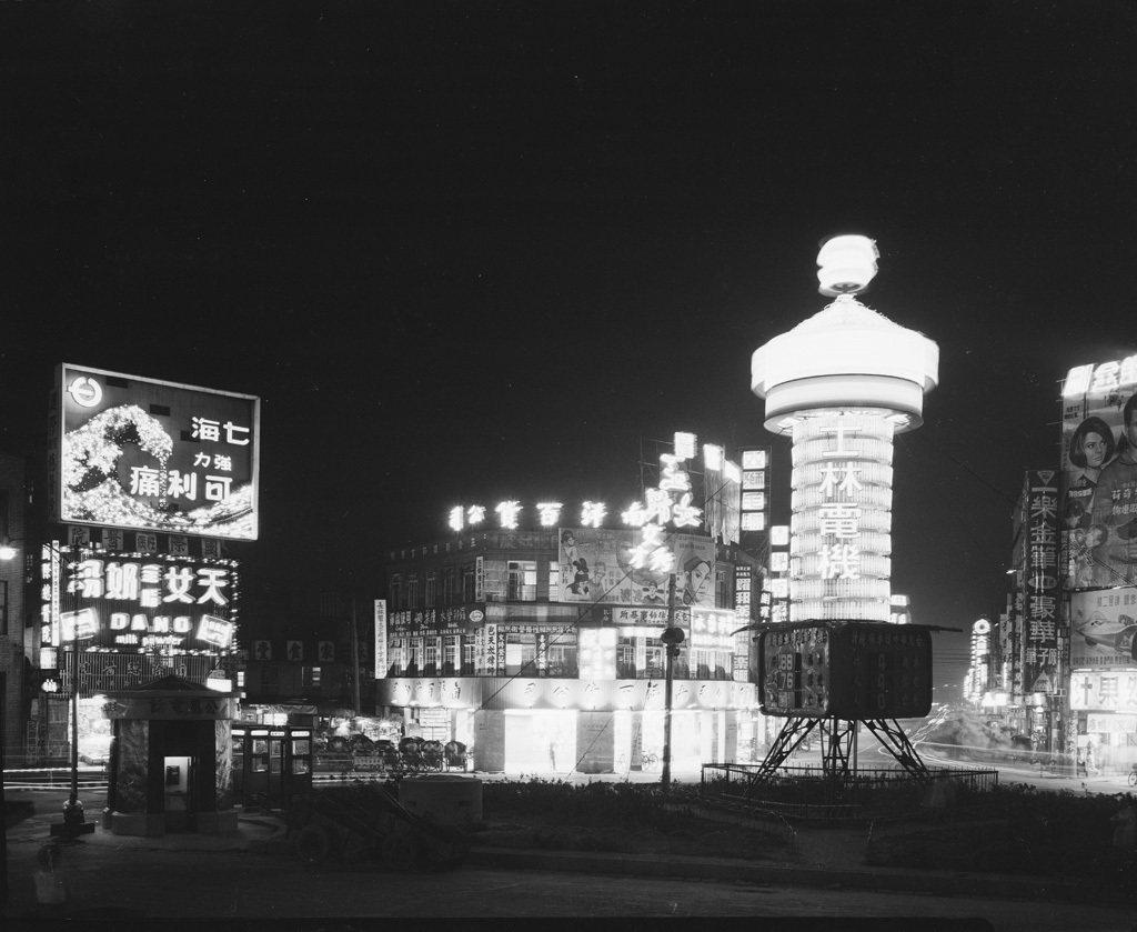 新世界劇運之後,一度點燃的表演藝術、商業劇場火苗又迅速降溫、熄滅。劇團和劇人再次回到大華、新南陽、紅樓等地演出......國光戲院的出現,令萎縮、凋零的劇壇重獲生機。圖為1960年代後期的西門圓環夜景。 圖/維基共享