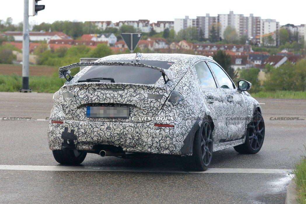 Civic Type R偽裝車配備車尾的尾翼沒有使用一體式的造型。 摘自Cars...