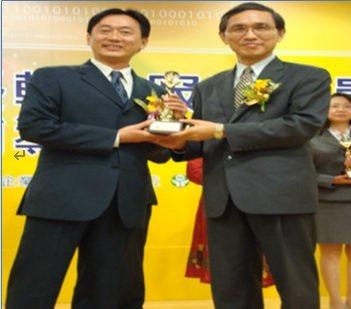 黃俊仁(左)97年獲經濟部施顏祥次長表揚全國中小企業績優輔導人員獎項。 黃俊...