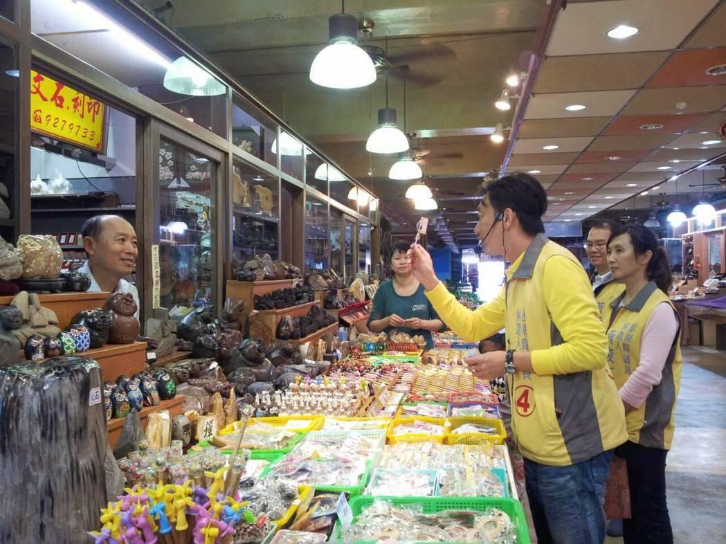 黃俊仁曾在103年參與澎湖縣議員選舉,走訪基層攤商與商店街的小型企業,深入了解他...