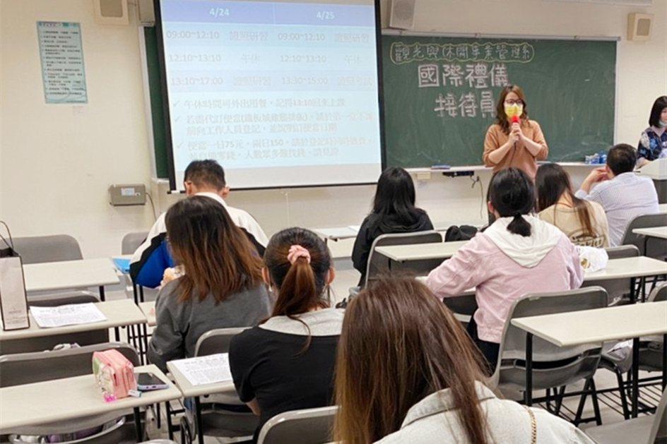 中國科大觀管系計畫主持人趙丹平老師介紹國際禮儀證照。 校方/提供