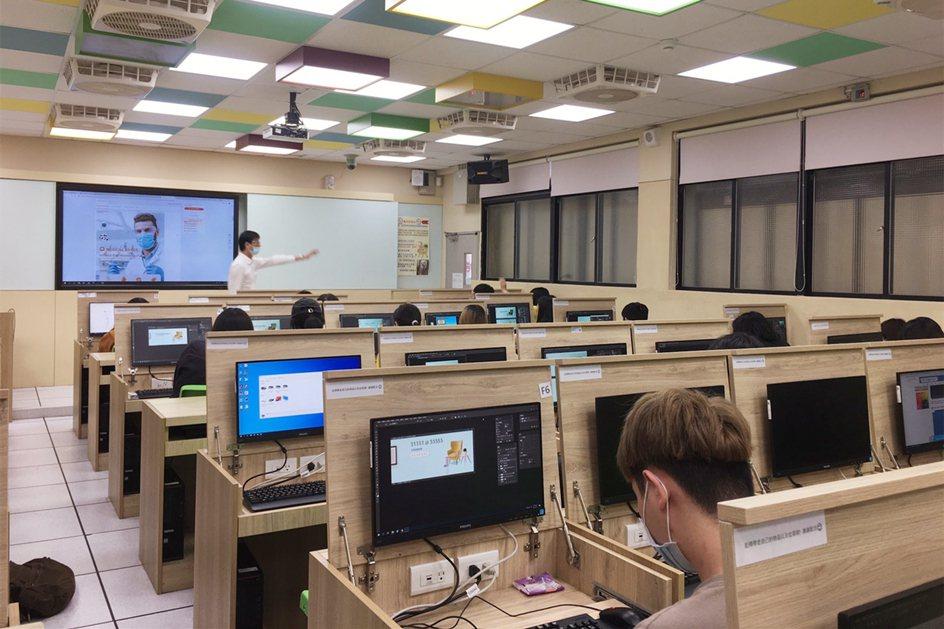 中國科大觀管系學生上機實作ps軟體設計產品主圖。 校方/提供