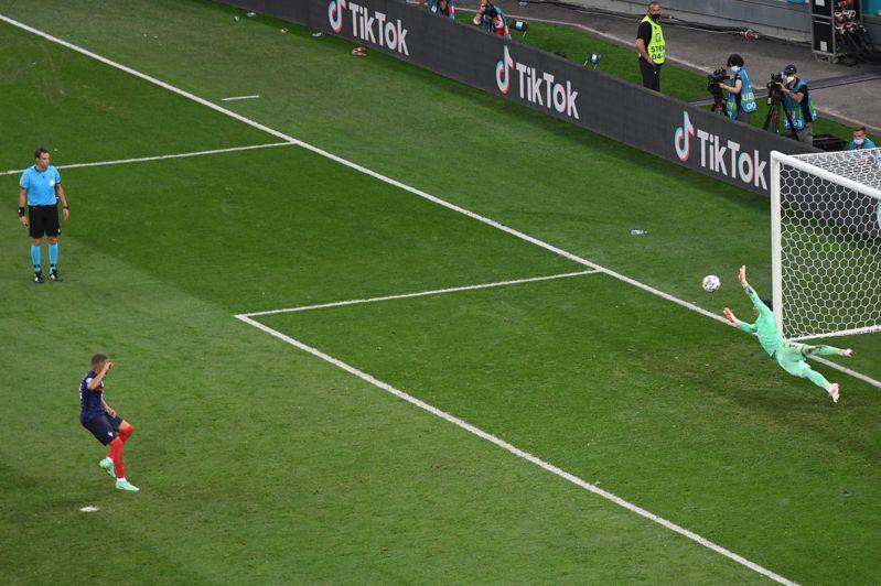 賽前備受看好的法國因陣中頭號球星姆巴佩踢失關鍵12碼罰球,最終在PK大戰意外遭瑞士淘汰。 法新社